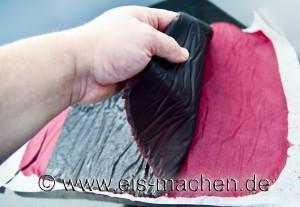 Nach mehreren Stunden kann man das abgekühlte Leder abziehen. (Foto: eis-machen.de/ Erich Eggimann)